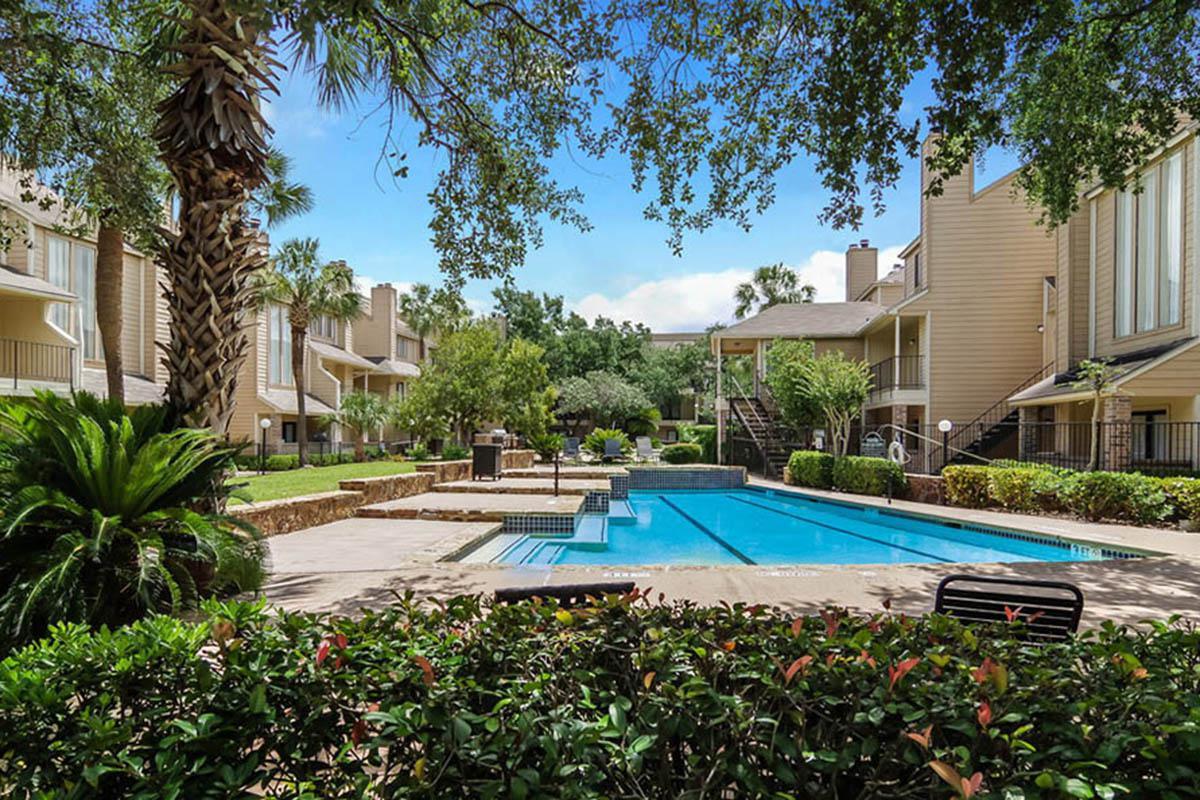 large-houston-apartment-community-pool.jpg