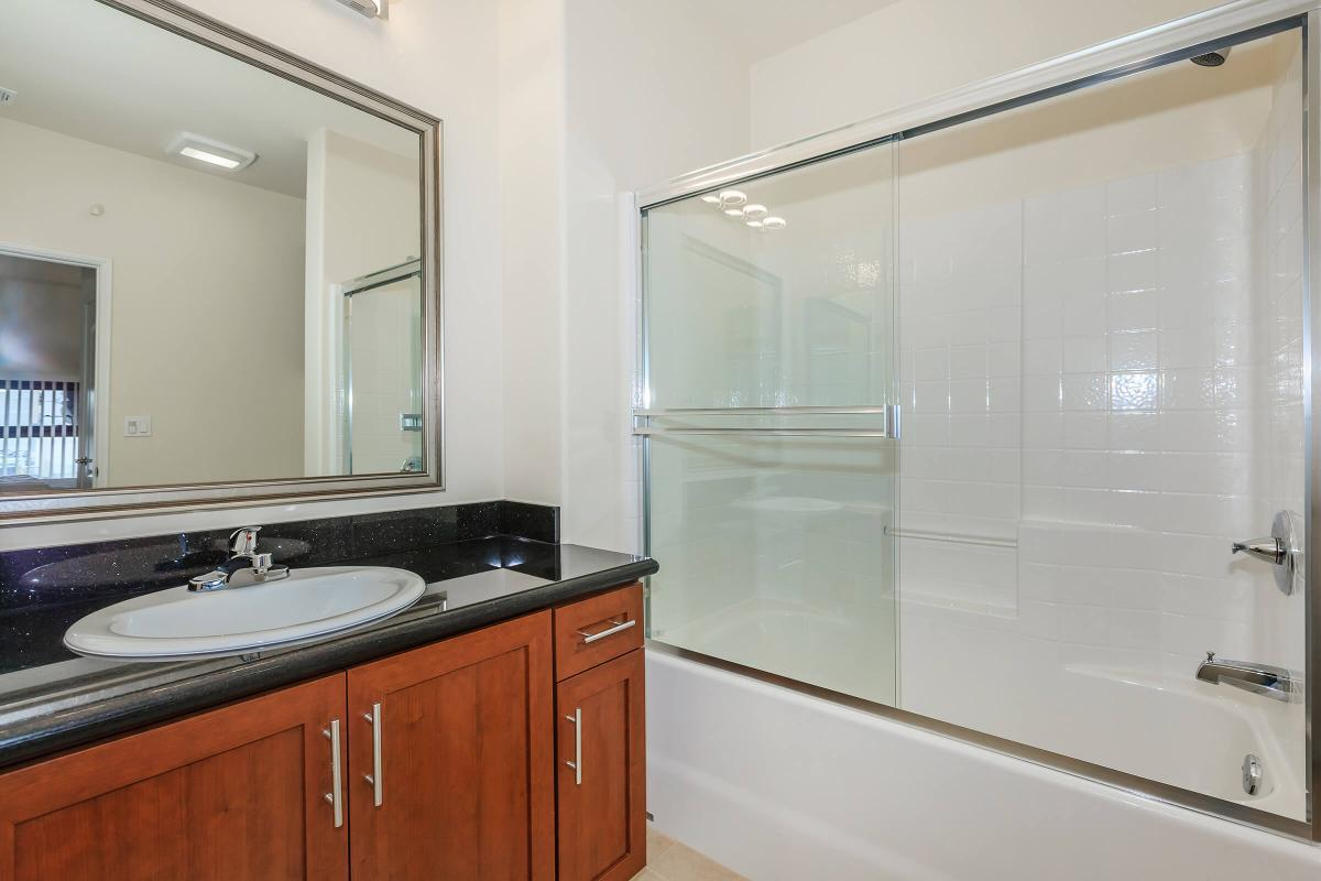 Broadway Palace Apartments - Bathroom