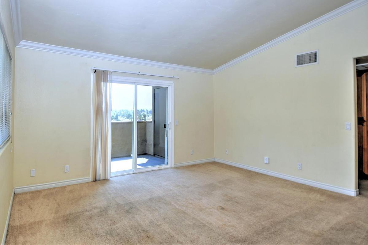 5022 Los Morros Way 42-large-003-012-Living Room-1500x959-72dpi.jpg