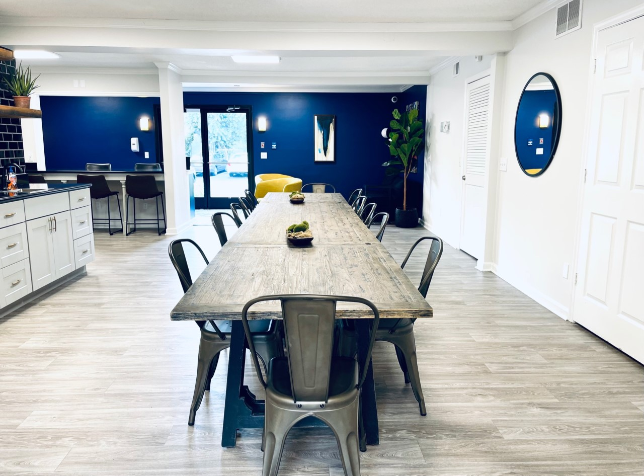 Another common area with table-chairs in Ashwood Cove