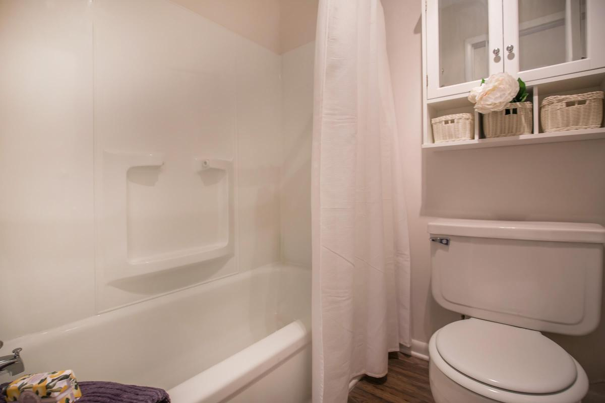 Another picture of The Juniper bathroom at Ashwood Cove