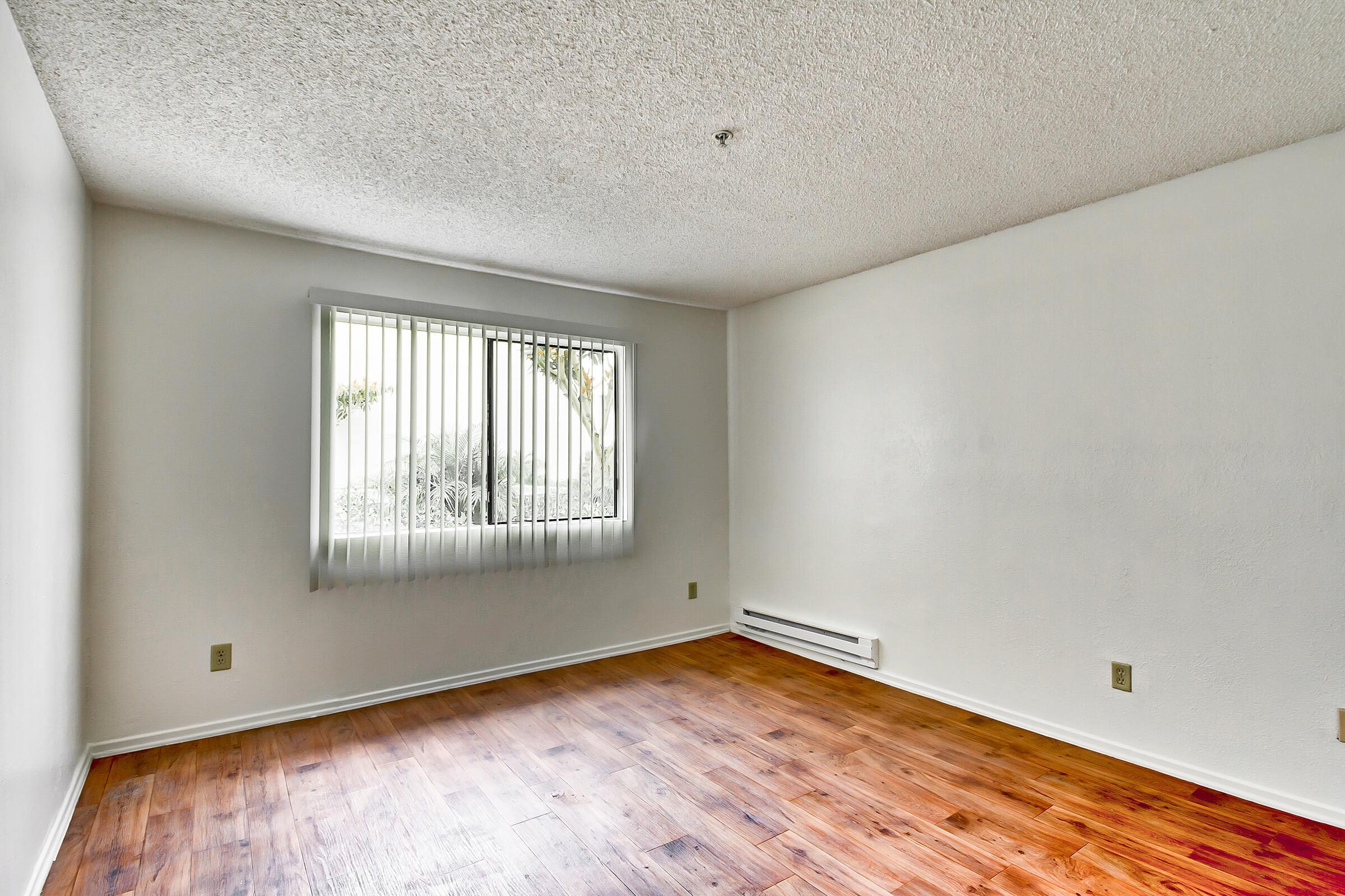 Bedroom_575-W-19Th-St-Costa-Mesa-CA_Park-Center-Place_RPI_II-280960-55.jpg