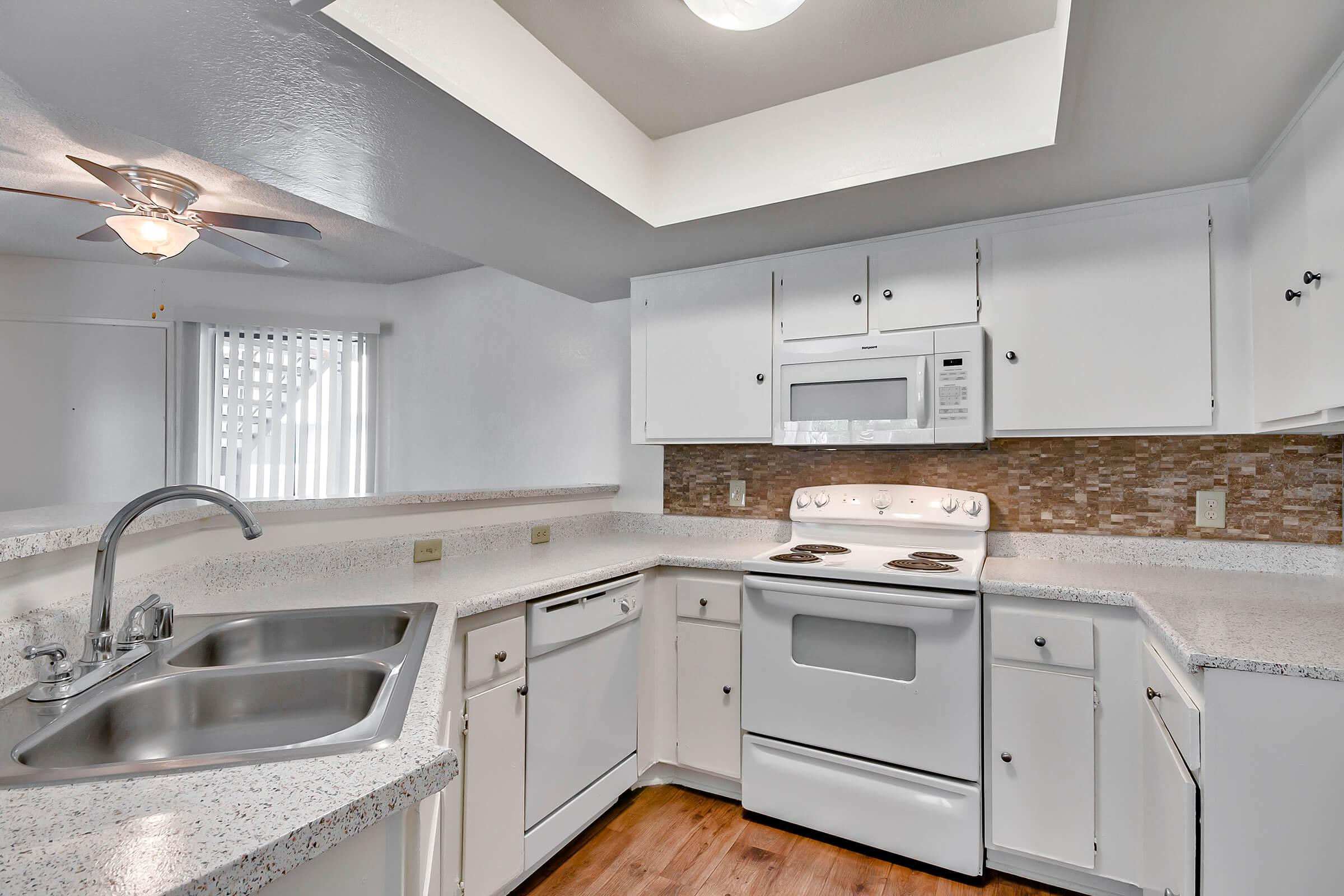 Kitchen_575-W-19Th-St-Costa-Mesa-CA_Park-Center-Place_RPI_II-280960-49.jpg