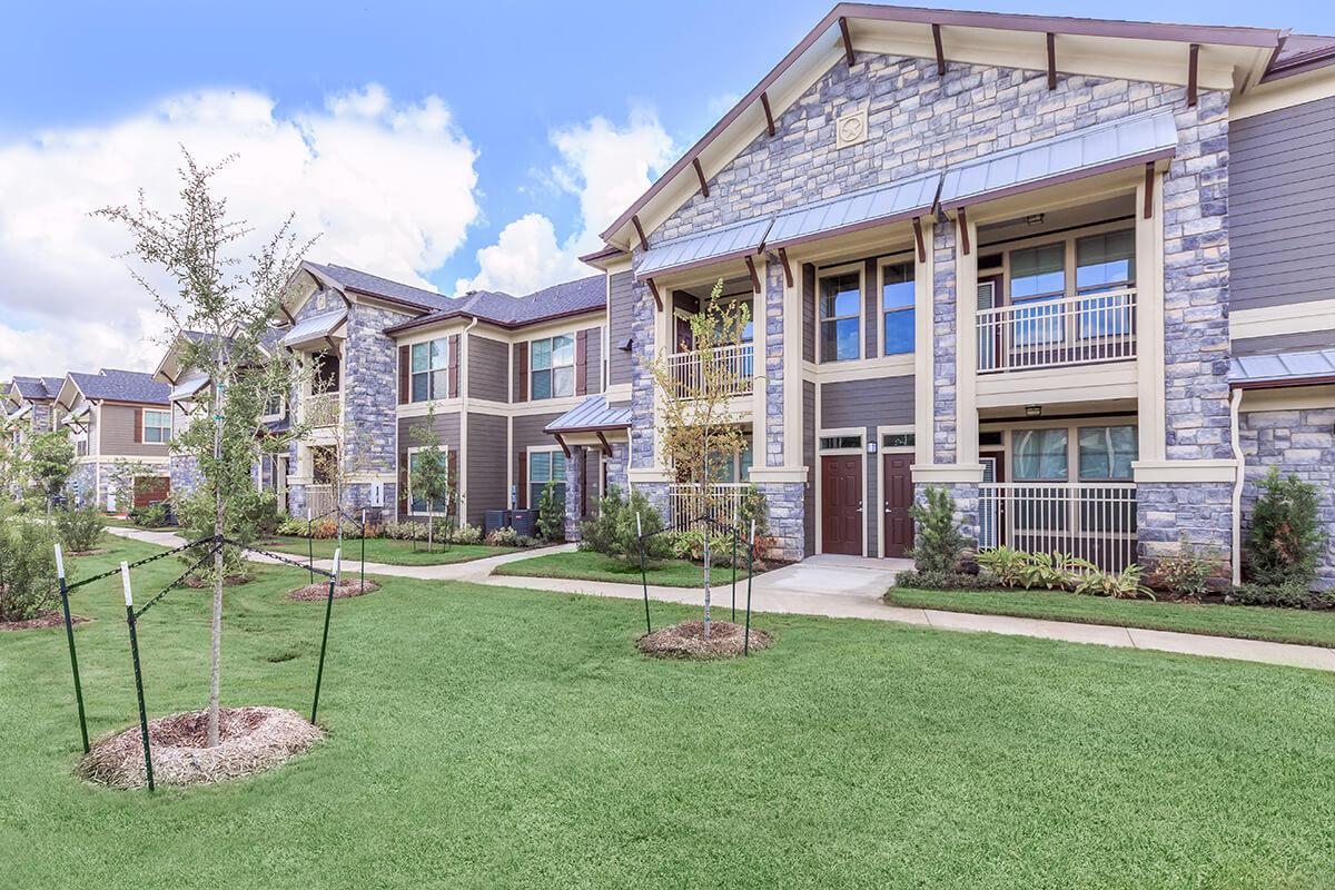 outdoor-view-of-plantation-park-apartments-tx.jpg