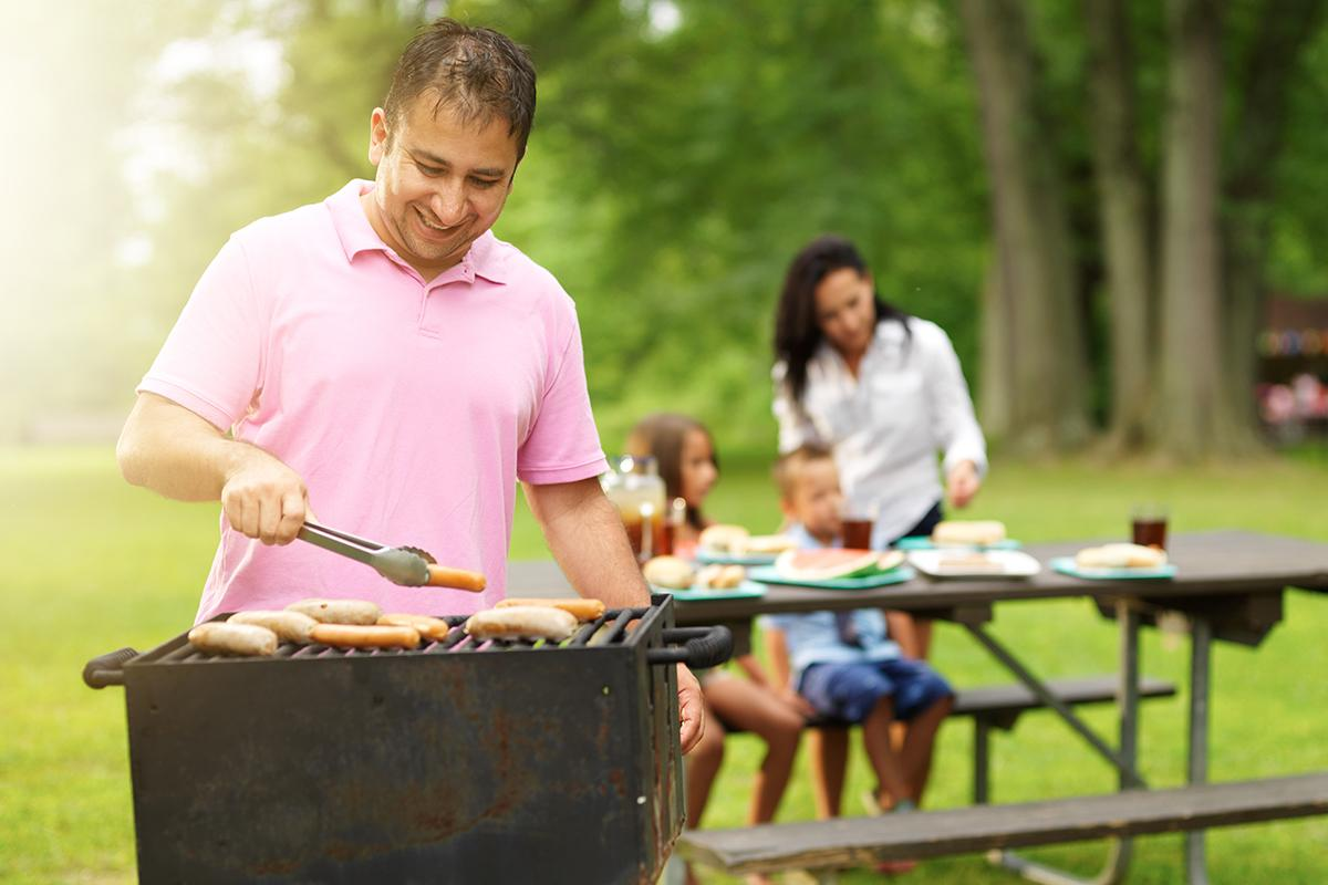 BARBECUE WITH FRIENDS AND FAMILY