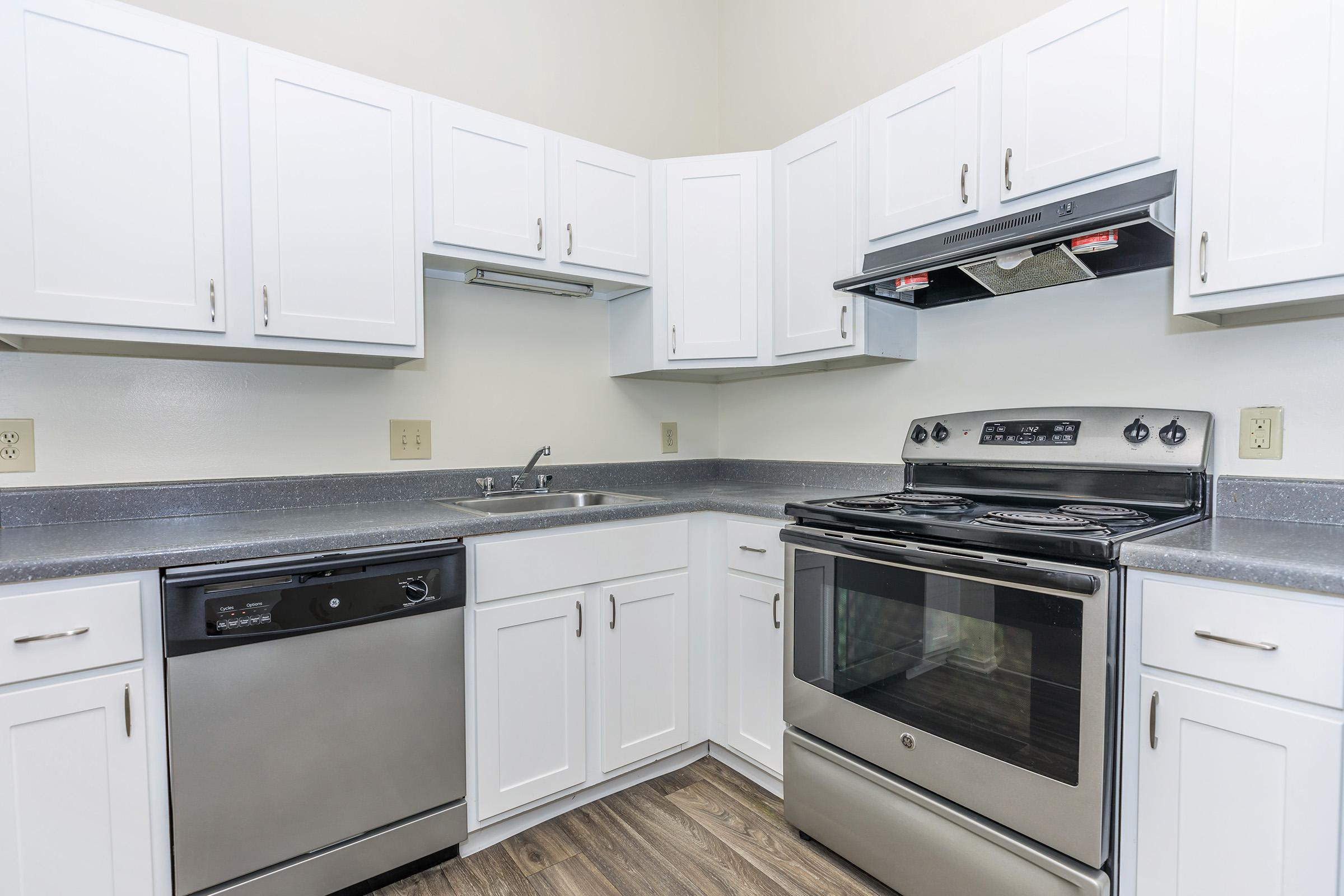 WELL-EQUIPPED KITCHENS AT OAKS AT HAMPTON APARTMENTS
