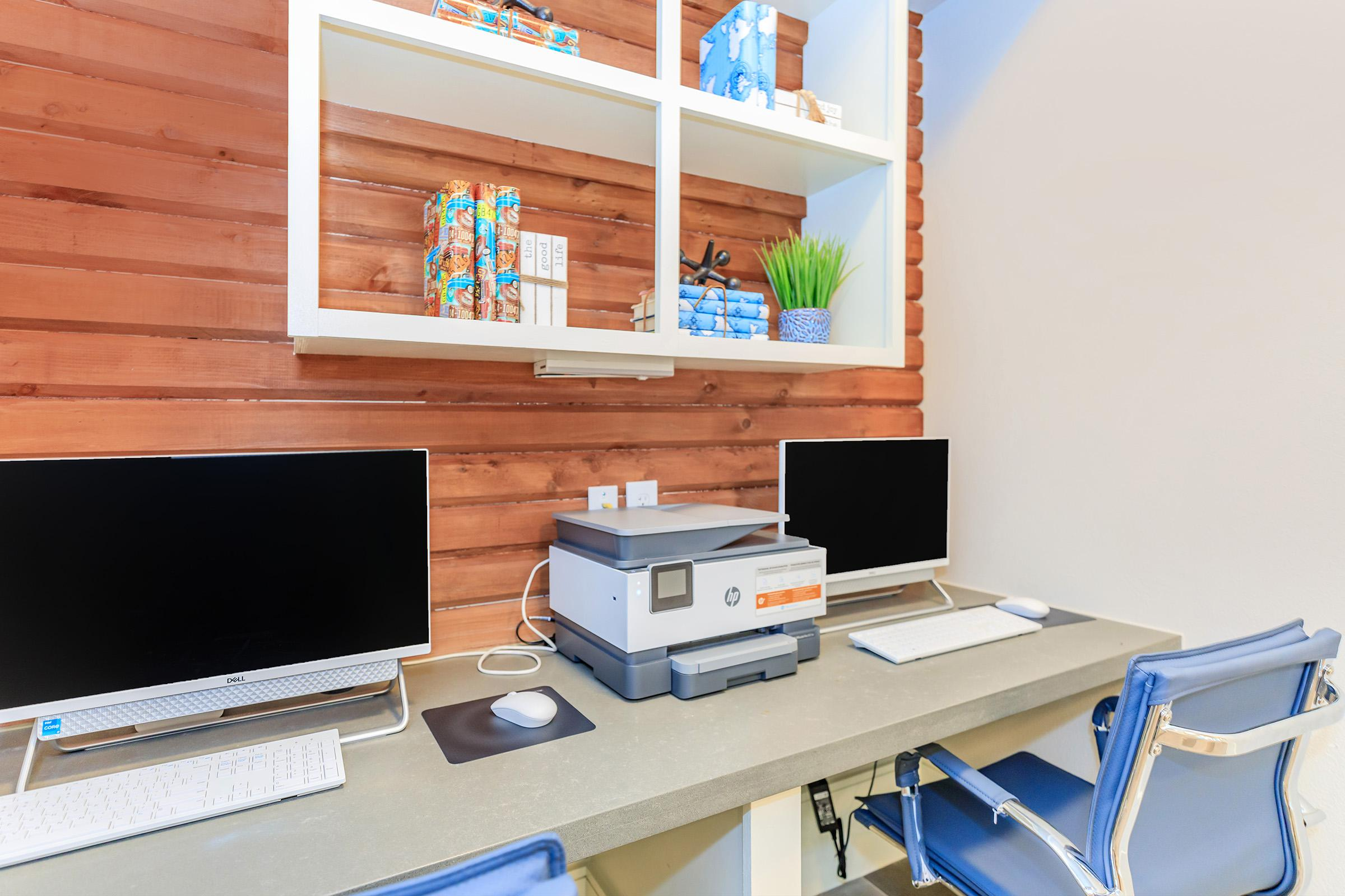 Stay connected in our business center at Ariza Gosling