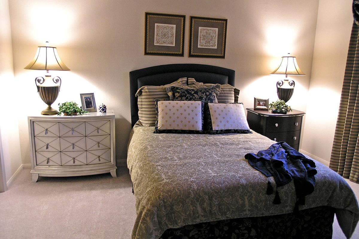 BEDROOM WITH BEDSIDE LAMPS
