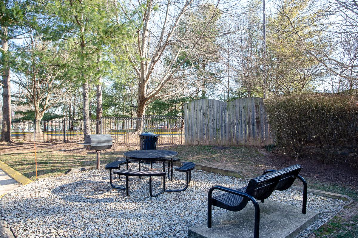 Picnic Area at The Jefferson at Fair Oaks Apartments in Fairfax VA